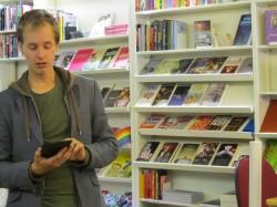 Jurriaan van Eerten draagt voor vanaf zijn e-reader