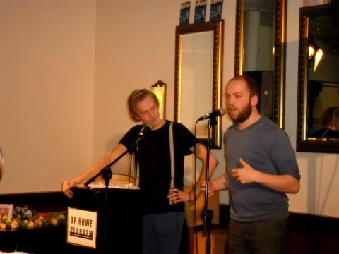 Dichter Martijn Neggers geeft uitleg over het sonnettenproject.
