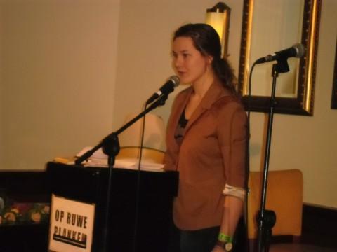 Campusdichter Linda van der Pol draagt haar sonnet uit de Nijmeegse krans voor.