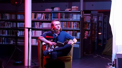 Laurens leest het verhaal - 'De vierde muur' uit ORP 14.1 - voor vanuit de luie fauteuil, en krijgt daarbij wat hulp van Harold.