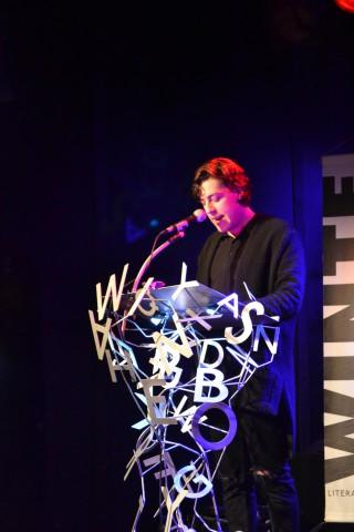 Op zo'n coole gedichtennacht mag natuurlijk jong talent niet missen. Campusdichter Jordi Lammers stond namens Op Ruwe Planken op het podium.