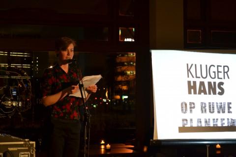 Oud-ORP-redacteur Elske van Lonkhuyzen draagt vervolgens drie korte, humoristische verhalen voor, en weet daarmee de stemming er goed in te krijgen.