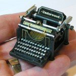 MiniatureUnderwoodTypewriterInhand