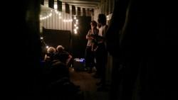 BIj het sfeervolle licht van kerstlampjes werd er aandachtig geluisterd naar voordrachten van Jante Wortel, Fenna van de Groot en Werner de Valk.