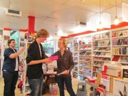 Omdat Prominente Roze Nijmegenaar Sebastiaan Andeweg krijgt een roze cadeau.